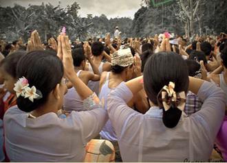 people praying in Bali